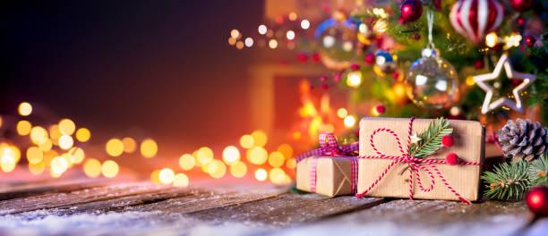 boże narodzenie dom pokój - pudełko pod drzewem ze światłami i kominkiem - gift zdjęcia i obrazy z banku zdjęć