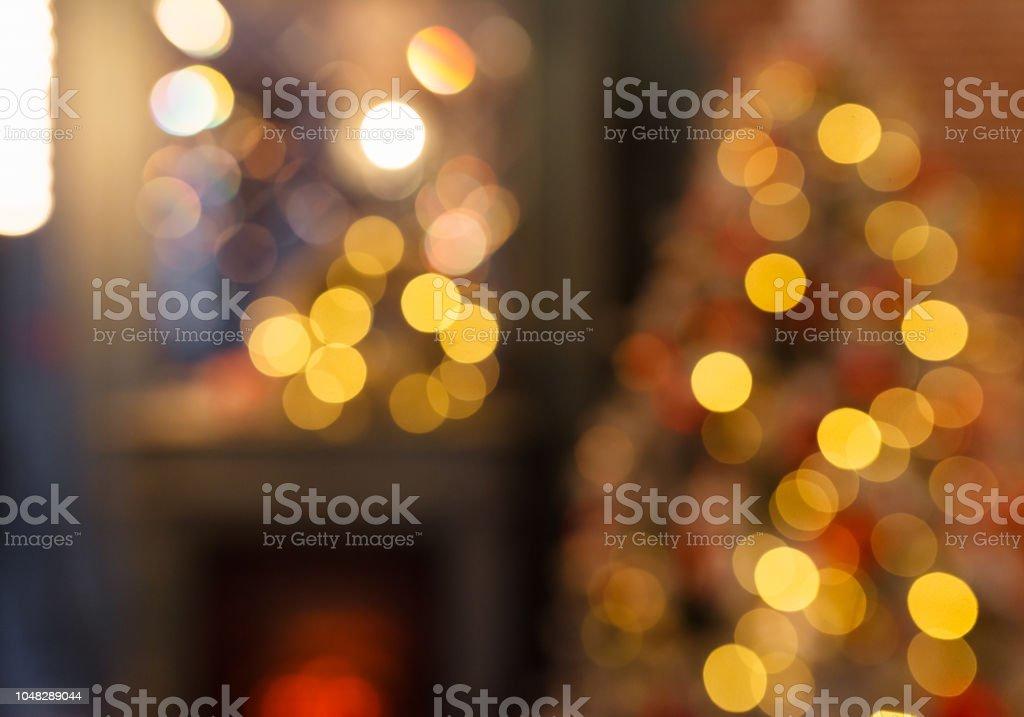 Kerstmis home kamer met boom en feestelijke bokeh verlichting, wazig vakantie achtergrond foto
