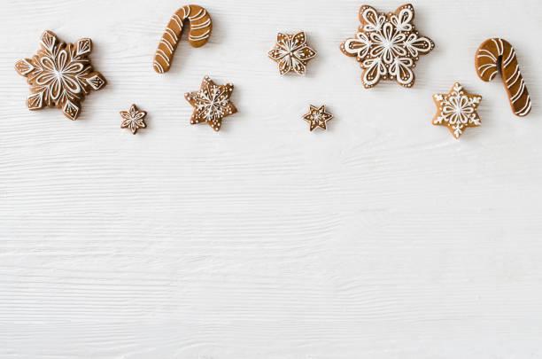 hausgemachter lebkuchen weihnachtsgebäck auf dem weißen hintergrund aus holz. - nussbaumholz stock-fotos und bilder
