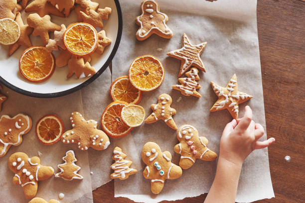 honig-weihnachtsgebäck mit orange - spitzenkekse stock-fotos und bilder