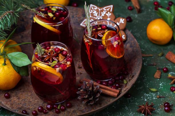 baharat ve meyve ile noel sıcak mulled şarap - glühwein stok fotoğraflar ve resimler