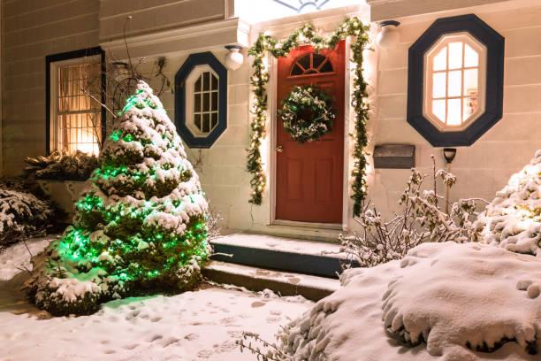 weihnachten-house - deko hauseingang weihnachten stock-fotos und bilder