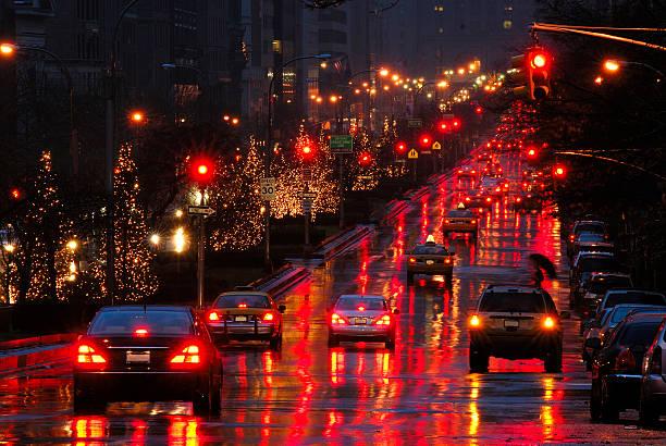 luces de navidad en la noche por park avenue, manhattan, nueva york - señalización vial fotografías e imágenes de stock