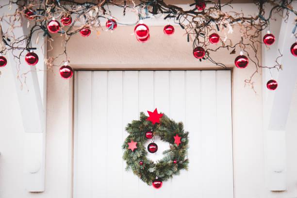 weihnachten in glr - deko hauseingang weihnachten stock-fotos und bilder