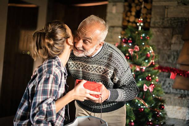 weihnachten in mountain house: familie, die geschenke - geschenke eltern weihnachten stock-fotos und bilder