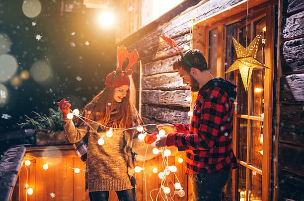 weihnachten in den bergen house. - vorbau dekor stock-fotos und bilder