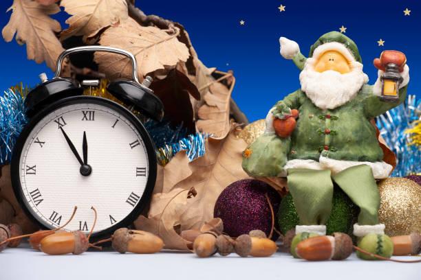weihnachten-installation mit dekorationen, eine uhr und eine figur des weihnachtsmanns - last minute urlaub deutschland stock-fotos und bilder