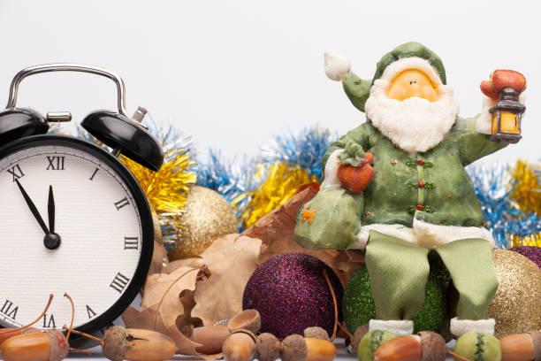 weihnachtsinstallation mit dekorationen, einer uhr und einer figur des weihnachtsmanns - last minute urlaub deutschland stock-fotos und bilder