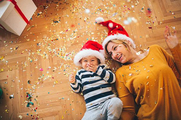 weihnachtsfreude - geschenke eltern weihnachten stock-fotos und bilder