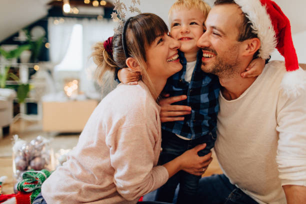vreugde van kerstmis met mijn familie - christmas family stockfoto's en -beelden