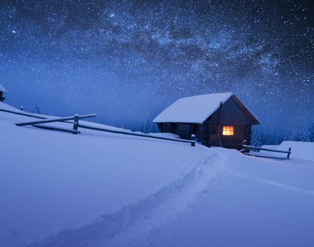 yıldızlı gökyüzü, noel yatay - kütük ev stok fotoğraflar ve resimler