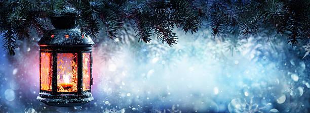 weihnachten laterne im schnee mit tanne branch - kerzenlaterne stock-fotos und bilder