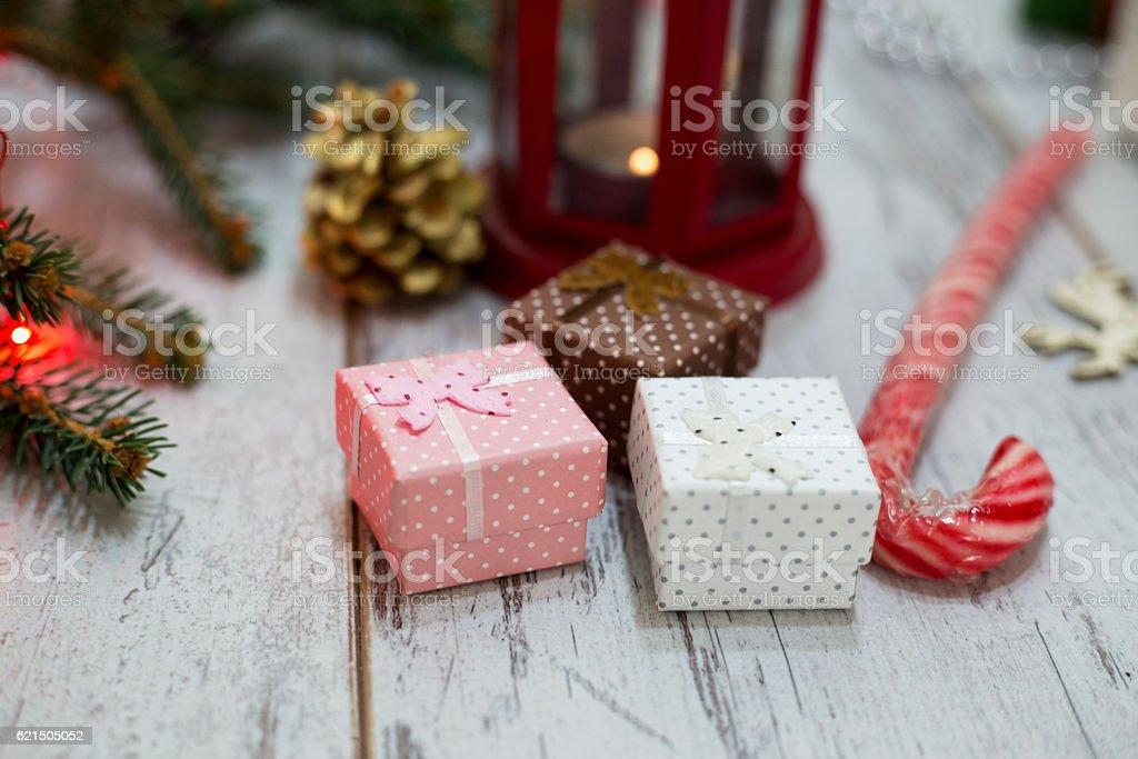 Lanterna di Natale sul pavimento in legno con rami di pino foto stock royalty-free