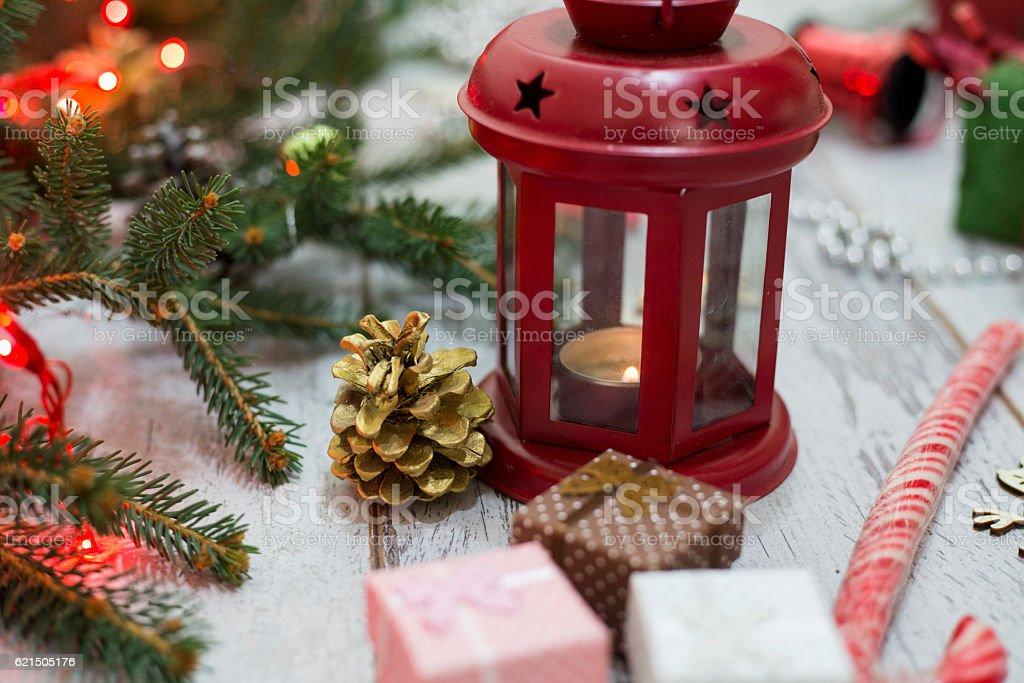 Weihnachten Laterne auf Holzfußboden mit Kiefer Zweige Lizenzfreies stock-foto