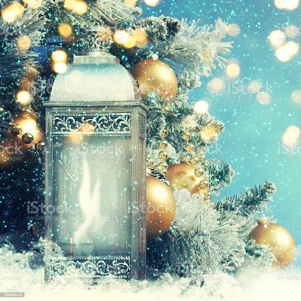 Christmas lantern with Christmas decoration on the snow photo libre de droits