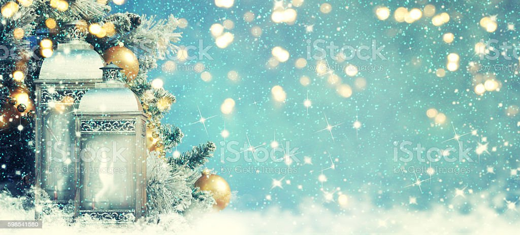 Christmas lantern with Christmas decoration on the snow photo libre de droits