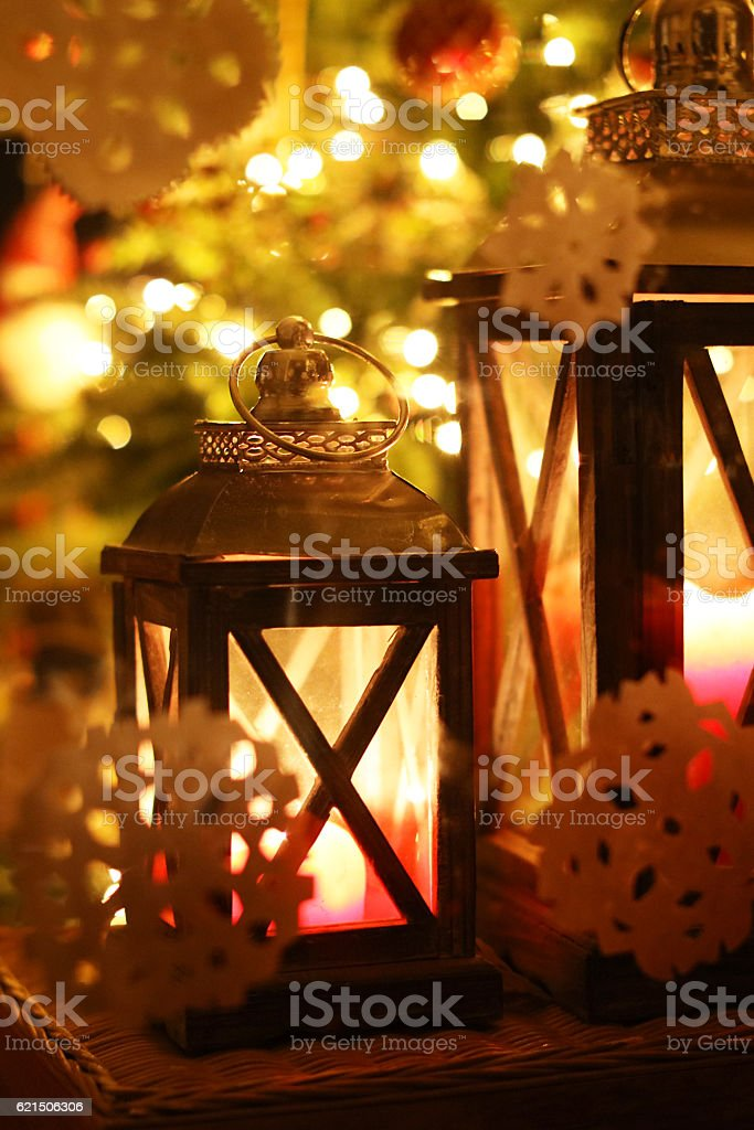 Christmas Lanterns and Decorations Seen Through a Window foto stock royalty-free