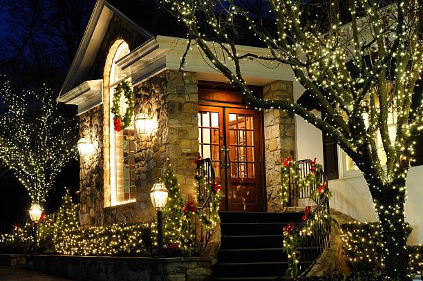 weihnachten licht dekorationen - weihnachtlich beleuchtete häuser stock-fotos und bilder