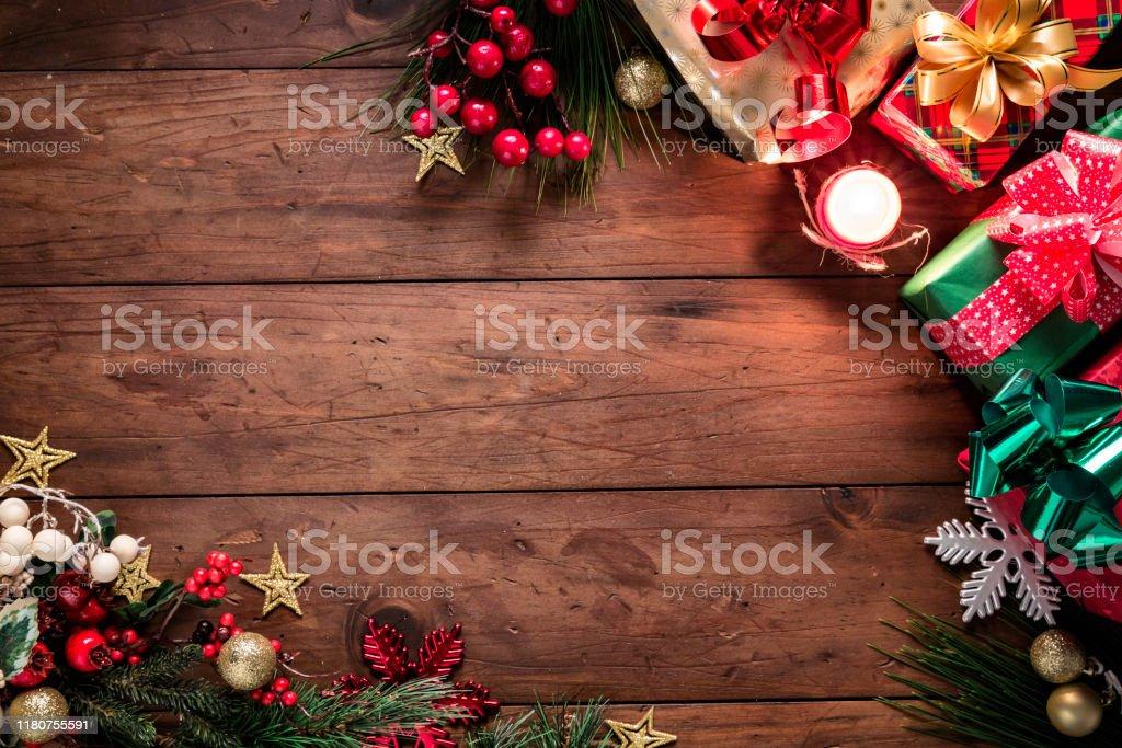 Luci di Natale e decorazioni con regali che fanno una cornice con spazio di copia. Temi natalizi. - Foto stock royalty-free di A forma di stella
