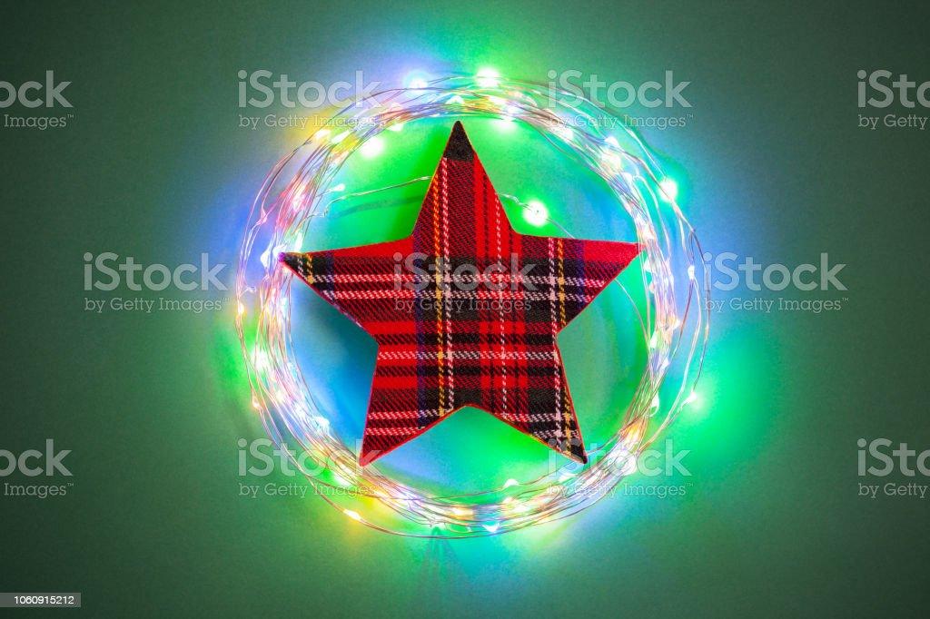 Stern Weihnachtsbeleuchtung.Weihnachtsbeleuchtung Und Stern Auf Grünem Hintergrund Stockfoto Und