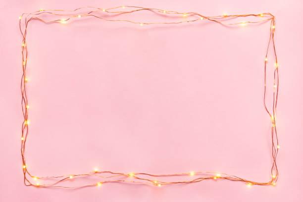 聖誕燈飾在黑色背景上裝飾邊界。平面佈局, 複製空間。 - 女性化 個照片及圖片檔