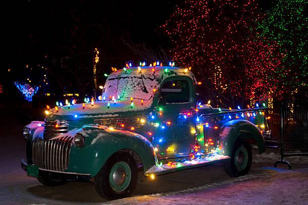 christmas lights auf alten chevy truck - alte weihnachtsbäume stock-fotos und bilder