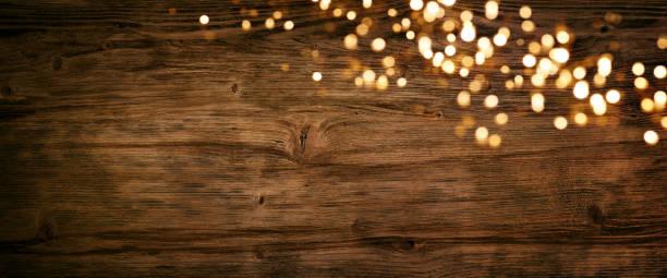 Luzes de Natal na madeira velha - foto de acervo