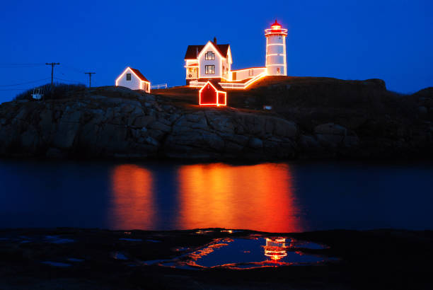 Weihnachtsbeleuchtung am Nubble Lighthouse in York, Maine – Foto