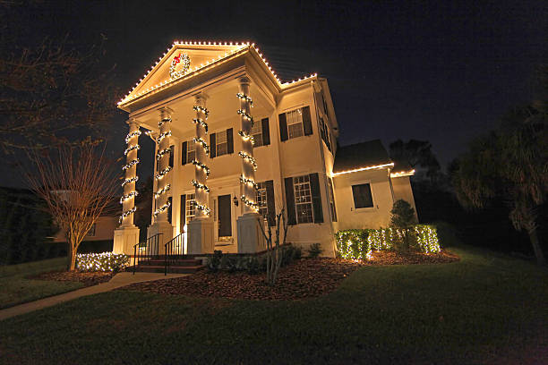 christmas lights - weihnachtlich beleuchtete häuser stock-fotos und bilder
