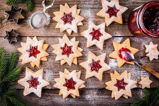 christmas linzer cookies with raspberry jam - aufstrich weihnachten stock-fotos und bilder