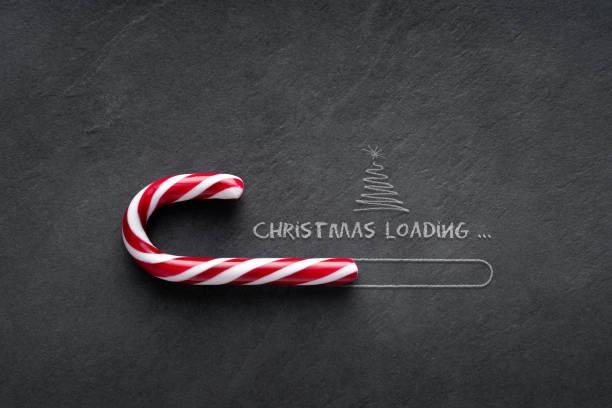 Weihnachtsladekonzept - Zuckerrohr auf Tafel mit Weihnachtsbaum – Foto