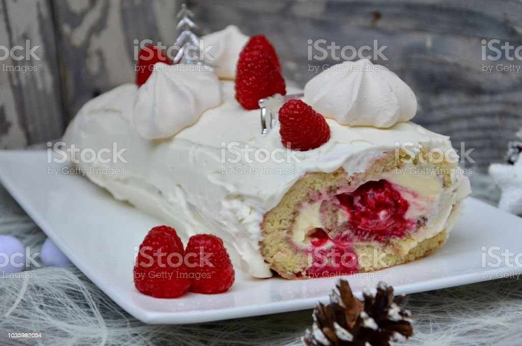 Buche Noel Fruit Bûche De Noël Aux Framboises Stock Photo   Download Image Now   iStock