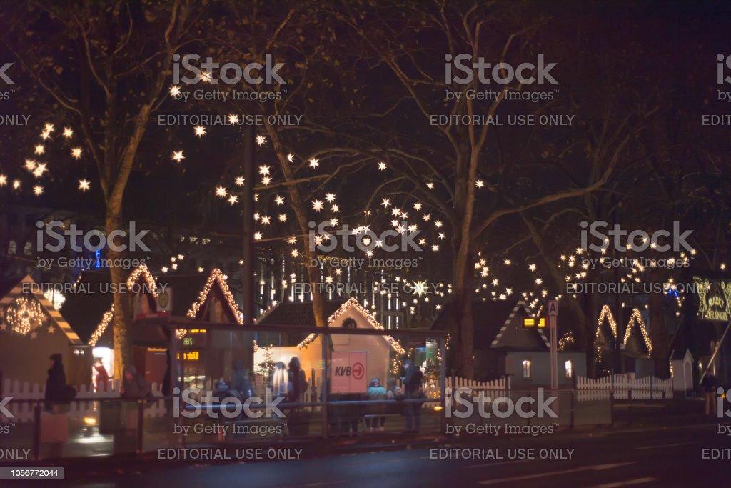 Geschenkideen Weihnachten Essen.Weihnachten Maerket Mit Menschen Shoppign Traditionelle Geschenke Urlaub Essen Zu Kaufen Während Der älteste Weihnachtsmarkt Der Welt Stockfoto Und
