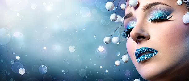 weihnachten make-up makro mit schnee-ornament - blaues augen make up stock-fotos und bilder