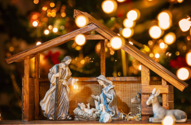 christmas manger scene with figurines - nativity scene stock pictures, royalty-free photos & images