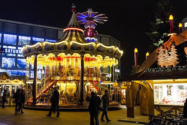 christmas market am alexanderplatz in berlin, deutschland - weihnachtsmarkt am gendarmenmarkt stock-fotos und bilder
