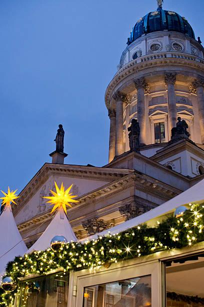christmas market am gendarmenmarkt in berlin - weihnachtsmarkt am gendarmenmarkt stock-fotos und bilder