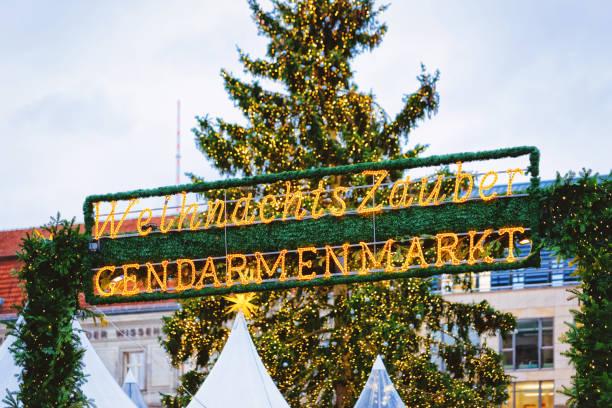 weihnachtsmarkt auf dem gendarmenmarkt in berlin der winter in deutschland - weihnachtsmarkt am gendarmenmarkt stock-fotos und bilder