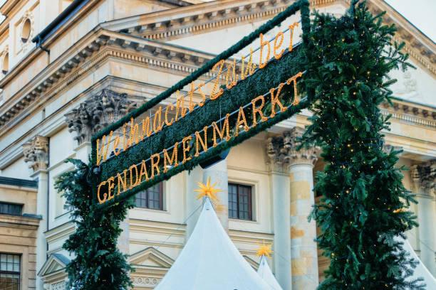 weihnachtsmarkt auf dem gendarmenmarkt im winter berlin deutschland - weihnachtsmarkt am gendarmenmarkt stock-fotos und bilder
