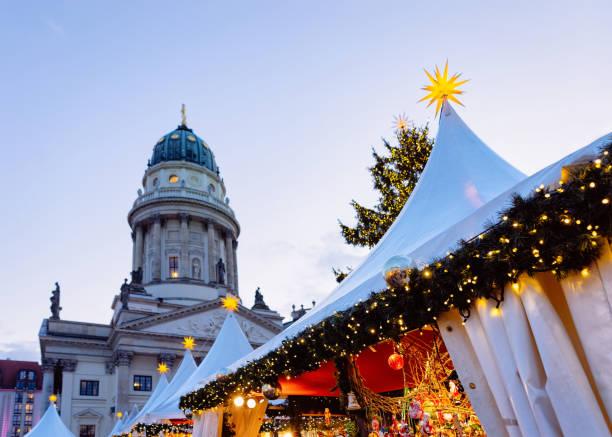 weihnachtsmarkt auf dem gendarmenmarkt in winter-deutschland-berlin - weihnachtsmarkt am gendarmenmarkt stock-fotos und bilder