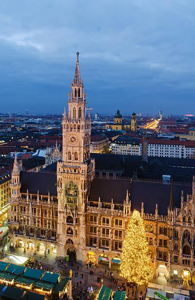 christmas market am marienplatz in münchen - weihnachtsfeier münchen stock-fotos und bilder