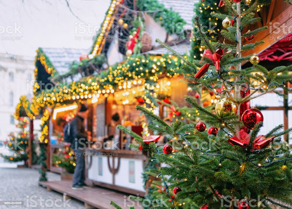 Christmas Market at Opernpalais at Mitte in Winter Berlin - Foto stock royalty-free di Albero