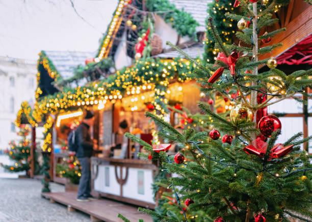 mercatino di natale all'opernpalais a mitte a berlino invernale - bazar mercato foto e immagini stock