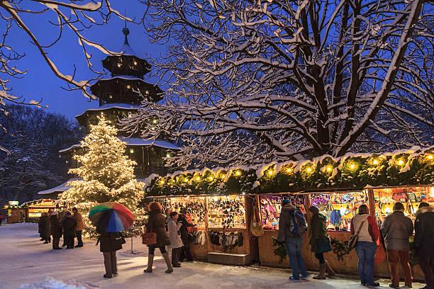 weihnachtsmarkt am englischen garten in münchen - weihnachtsfeier münchen stock-fotos und bilder