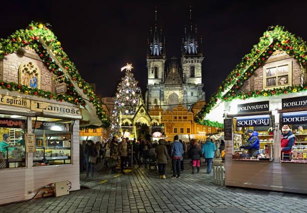 weihnachtsmarkt auf dem platz der prager altstadt bei nacht, tschechische republik - adventgeschichte stock-fotos und bilder