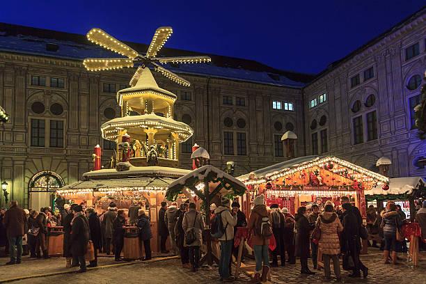 weihnachtsmarkt in der residenz, münchen - weihnachtsfeier münchen stock-fotos und bilder