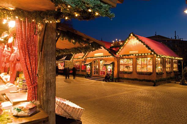 Weihnachtsmarkt Atmosphäre am Abend – Foto