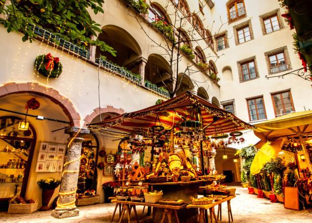 weihnachtsmarkt mit leuchtenden leuchten - salzburg stock-fotos und bilder
