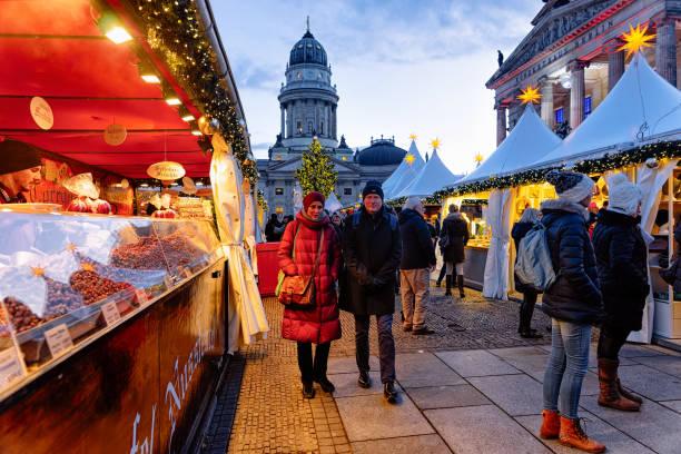 christmas market gendarmenmarkt im winter berlin - weihnachtsmarkt am gendarmenmarkt stock-fotos und bilder