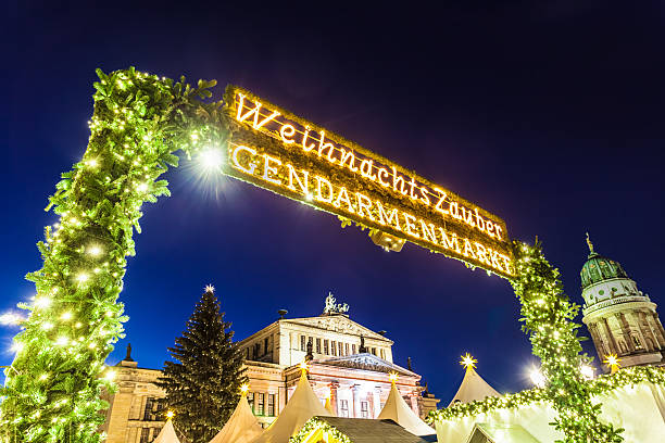 weihnachtsmarkt in berlin - weihnachtsmarkt am gendarmenmarkt stock-fotos und bilder